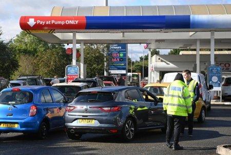 Penurie de benzina in Marea Britanie: Guvernul indeamna armata sa fie pregatita sa vina in ajutor