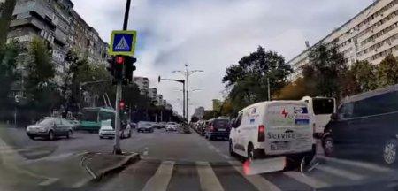 Imaginea haosului: Intersectia blocata din Bucuresti in care nu se tine cont de semafor. Iarta-i, Doamne, ca nu stiu ce fac VIDEO