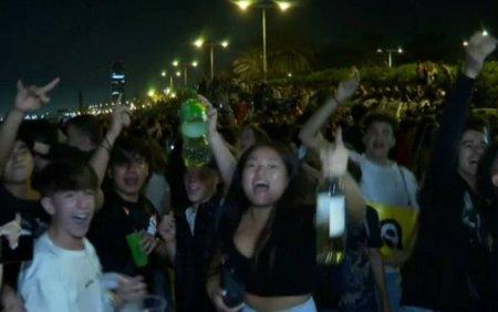 Zeci de mii de oameni au petrecut pe strazile din Barcelona. Distractia s-a lasat cu bataie si arestari