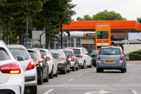 Pandemie, Brexit si nu numai: de ce fac britanicii cozi uriase la benzinarii, iar rafturile din supermarketuri incep sa se goleasca