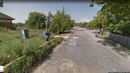 Masina Google Street View surprinsa pe Google Maps cand ignora bariera la o trecere de cale ferata