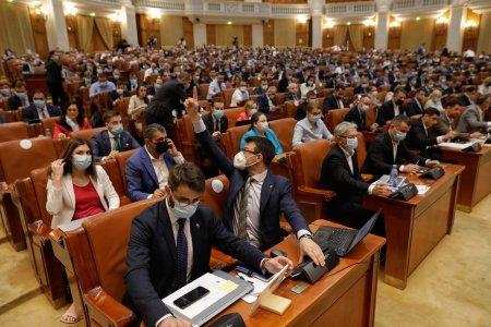 Doar motiunea de cenzura a PSD va ajunge la vot. USR-PLUS, fortat sa decida impotriva propriei guvernari