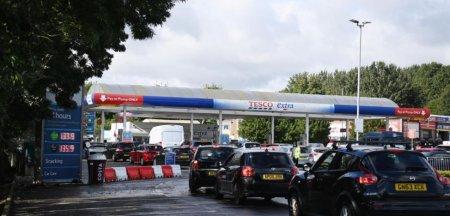 Penuria de carburanti ii irita pe soferii britanici. Cozi si claxoane la benzinarii: