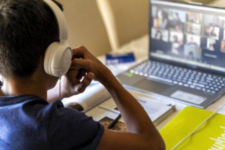 Romania, nepregatita pentru scoala online: Sa trimiti temele pe WhatsApp nu inseamna continut digital
