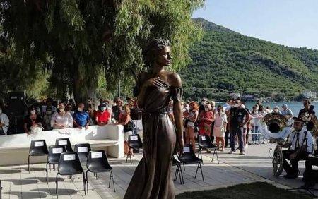 Scandal in Italia din cauza statuii unei femei imbracate sumar. Politicienii cer demolarea acesteia: Este o ofensa