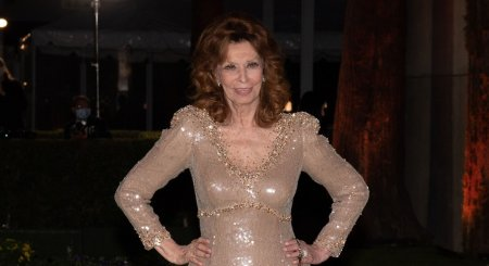 Sophia Loren, aparitie stralucitoare la 87 de ani, la o gala din Los Angeles. Nu renunta la rochiile decoltate si nici la <span style='background:#EDF514'>MACHIAJ</span>