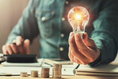 Preturile la energie electrica ar putea scadea cu 10-15%. Ce solutie propune ANRE