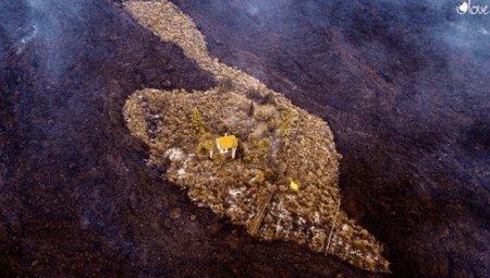 Casuta care rezistase ca prin minune eruptiei vulcanului Cumbre Vieja din La Palma a fost <span style='background:#EDF514'>INGHITIT</span>a de lava