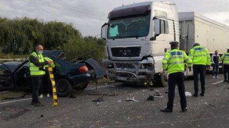 <span style='background:#EDF514'>ACCIDENT GRAV</span> la Albina. Doi barbati au murit dupa ce o masina s-a izbit violent de un TIR