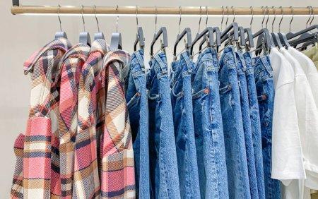 Motivul pentru care <span style='background:#EDF514'>BLUGI</span>i si tricourile se scumpesc. Preturile hainelor din bumbac au crescut si cu 50%