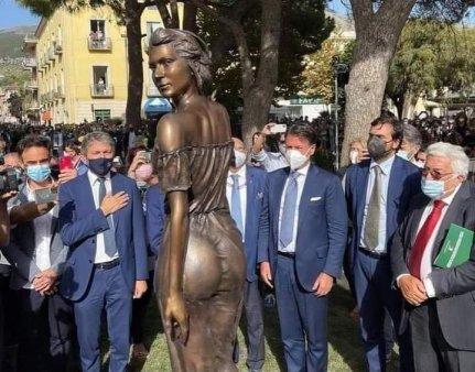 Cum au dorit membre ale Partidului Democrat din Palermo sa desfiinteze o frumoasa <span style='background:#EDF514'>STATUIE</span> (VIDEO)