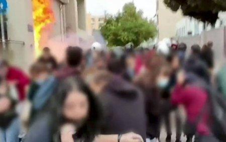 Confruntari cu politia au avut loc la un liceu din Grecia. Minori neonazisti inarmati, retinuti