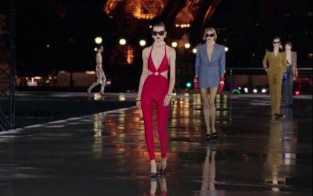 <span style='background:#EDF514'>PREZENTARE DE MODA</span> in fata turnului Eiffel din Paris. Body-uri decoltate, din colectia Yves Saint Laurent