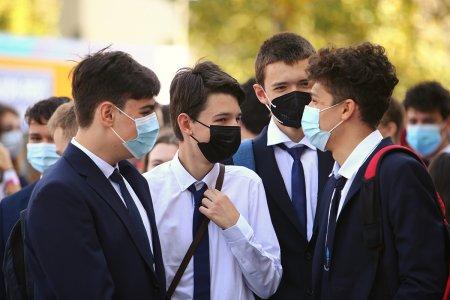 Consiliul National al Elevilor solicita testarea gratuita a elevilor si <span style='background:#EDF514'>CADRELOR</span> didactice, dupa depasirea pragului de 6 la mie