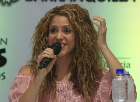 Shakira a fost <span style='background:#EDF514'>ATACATA</span> de mistreti intr-un parc din Barcelona