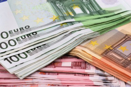 Investitiile straine directe au totalizat anul trecut 3 miliarde euro, dupa ce participatiile la capitaluri proprii s-au ridicat la 3,9 miliarde euro, dar raportul dintre datorii si creante a fost negativ, generand un minus de 994 milioane euro
