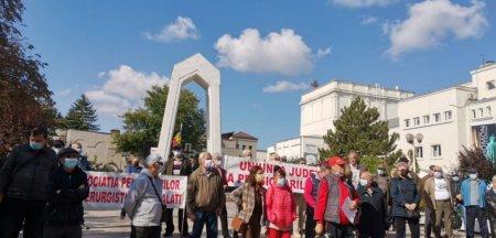 Pensionarii din Galati, protest in strada: Vor veni facturi cat Casa Poporului. Cu ce sa mai traim? VIDEO