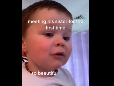 Reactia emotionanta a unui baietel cand isi intalneste pentru prima data sora mai mica, intr-un video viral