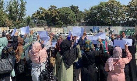 Protestul unor tinere afgane care isi revednicau dreptul la educatie, oprit cu focuri de arma de talibani