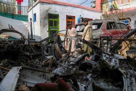 Ne-ati transformat casa in cimitir, macar scoateti-ne de aici!. Apelul familiei afgane decimate de atacul cu drona al americanilor