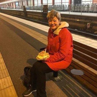 Se poate? <span style='background:#EDF514'>MINISTRUL MUNCII</span> din Suedia, la masa pe peronul garii