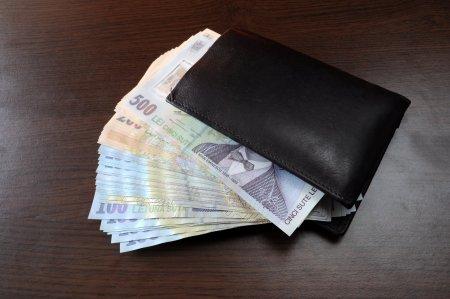 Bani mai multi pentru romani! Salarii mai mari de la 1 ianuarie. Cu cat vor creste veniturile (DOCUMENT)