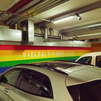 <span style='background:#EDF514'>PARCAREA</span> diversitatii din orasul german Hanau, marcata in culorile curcubeului, a starnit polemici: Mesajul a fost inteles gresit