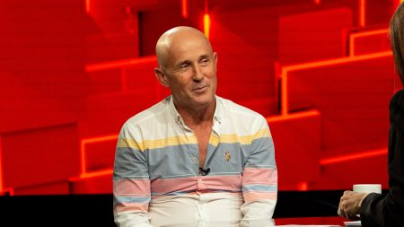 <span style='background:#EDF514'>MUGUR MIHAESCU</span>, invitat la 40 de intrebari cu Denise Rifai: Cate milioane de euro v-a adus in conturi «Vacanta Mare»?