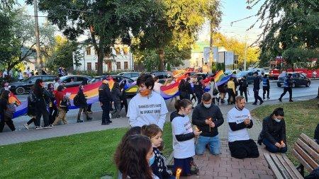 Primul mars LGTBQ la Iasi: o mana de tineri in tricouri colorate vs cativa adulti nervosi si zeci de minori scosi in strada sa spuna rugaciuni