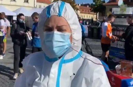 """Medic roman din Suedia a <span style='background:#EDF514'>ALERGAT</span> in combinezon anti-covid la maratonul Sibiului. """"Mesajul meu il stiti foarte bine: vaccinati-va!"""""""