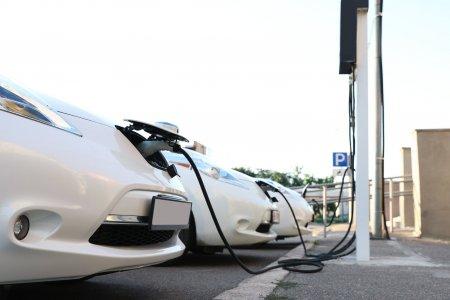 Panica dupa ce 14 milioane de masini electrice vor ajunge pe <span style='background:#EDF514'>SOSELE</span>. Ce lege se pregateste acum