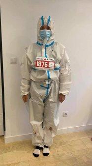 Medicul Laura Ghibu a <span style='background:#EDF514'>ALERGAT</span> la Maratonul Sibiu in combinezon anticovid pentru sustinerea medicilor