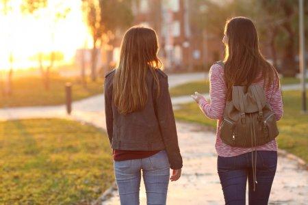 STUDIU. <span style='background:#EDF514'>IESIRI</span>le in aer liber scad riscul depresiei. Lumina soarelui din timpul zilei e la fel de importanta ca evitarea luminii pe timp de noapte