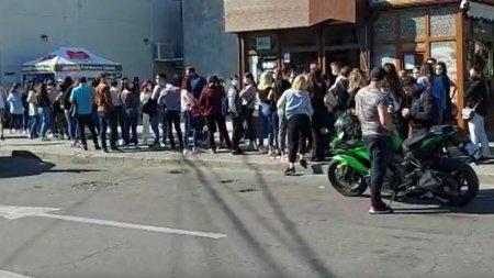 Studentii din Craiova, la coada pentru testare, altfel nu se pot prezenta la cursuri