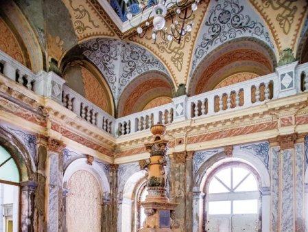 Business Magazin. Pentru ca statul nu face nimic: Un grup de studenti de la arhitectura incearca sa salveze cladirea Baia Neptun, cladirea emblematica din Baile Herculane, dar au nevoie de 10 milioane de euro