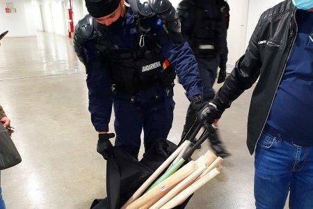 Blat cu ultrasii? Descoperire socanta in stadion: jandarmii au gasit bate si torte intr-una dintre lojele din Banie!