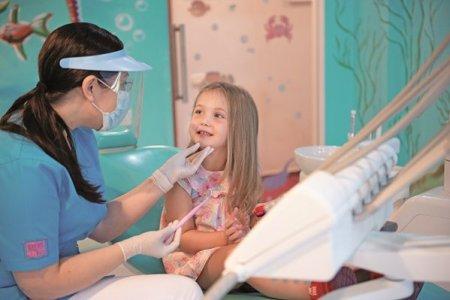 De la ce varsta trebuie copiii sa mearga la dentist? Si cum faci sa depaseasca teama de stomatolog?