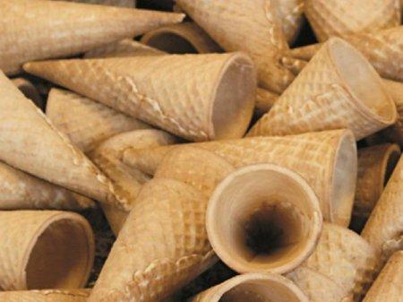 Trei <span style='background:#EDF514'>FRATI</span>, Ovidiu Terpe, Danut Terpe si Delia Iorga, produc cornete si vafe pentru branduri de inghetata ca Algida, Alpin75Lux si Corso intr-o fabrica din judetul Mures. Pe poarta fabricii ies lunar 4-5 milioane de cornete si vafe, care ajung in fabricile de inghetata si in gelateriile din tara
