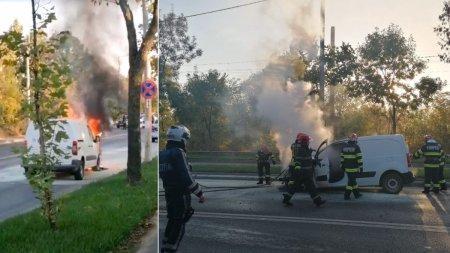 O masina a luat foc, pe o <span style='background:#EDF514'>SOSEA</span> aglomerata din Pipera. Traficul este blocat