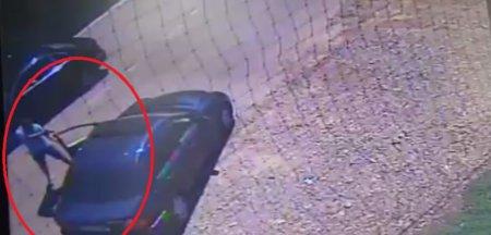 Un individ care a <span style='background:#EDF514'>DESCARCA</span>t un pistol cu bile in capul unui sofer este cercetat in libertate. Momentul atacului, surprins de o camera de supraveghere VIDEO