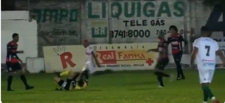 Un fotbalist brazilian a fost arestat pe teren, dupa ce a batut crunt un arbitru