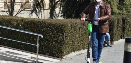 Se schimba <span style='background:#EDF514'>LEGISLATIA</span>: Trotinetele electrice nu mai au voie deloc pe trotuar