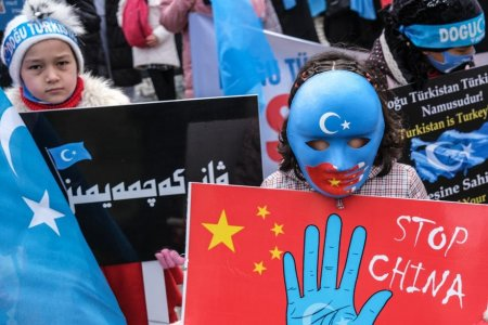 Loviti-i pana cand vor cadea pe podea. Un fost tortionar povesteste cum sunt chinuiti prizonierii uiguri in China