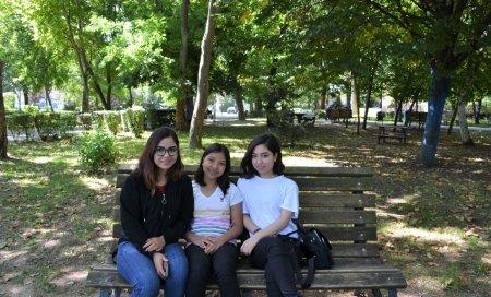 Viata in Romania a trei fete venite din Afganistan: Aici sistemul de educatie streseaza elevii. Mergem la scoala sa dam teste, nu sa invatam