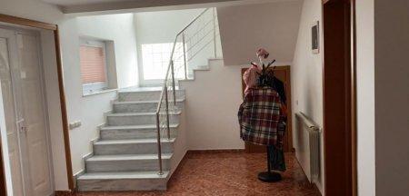 Cum isi transforma romanii apartamentele in vile. Am vazut cum iese omul in <span style='background:#EDF514'>BALCON</span> la parter si tup-tup in <span style='background:#EDF514'>BALCON</span>ul de deasupra. Tot al lui