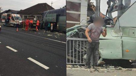 Accident rutier cu 9 raniti, dupa ce un <span style='background:#EDF514'>AUTOCAR</span> cu pasageri s-a izbit violent de un TIR, in Bihor