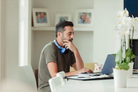 Munca de oriunde este o <span style='background:#EDF514'>TENDINTA</span> adoptata din ce in ce mai mult de angajati si companii. Ce prevederi legale trebuie sa adopte angajatorii