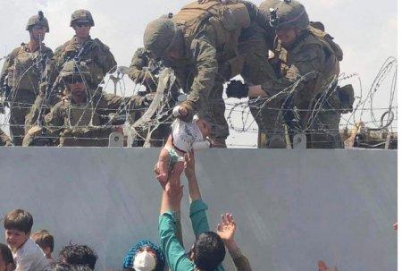 Printesa Liya e o invingatoare. Cum a fost salvat bebelusul trecut de un soldat american peste gardul de sarma ghimpata in aeroportul din <span style='background:#EDF514'>KABUL</span>