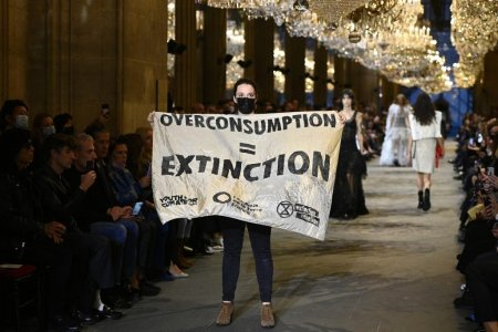 <span style='background:#EDF514'>PREZENTARE DE MODA</span> a unei case celebre, perturbata de activiste pentru mediu infiltrate printre manechine