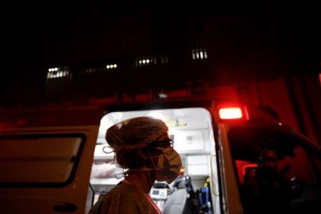 Ambulante pline cu pacienti asteapta in curtile spitalelor din Iasi.